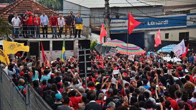 Lula quiso entregarse pero militantes no lo dejaron