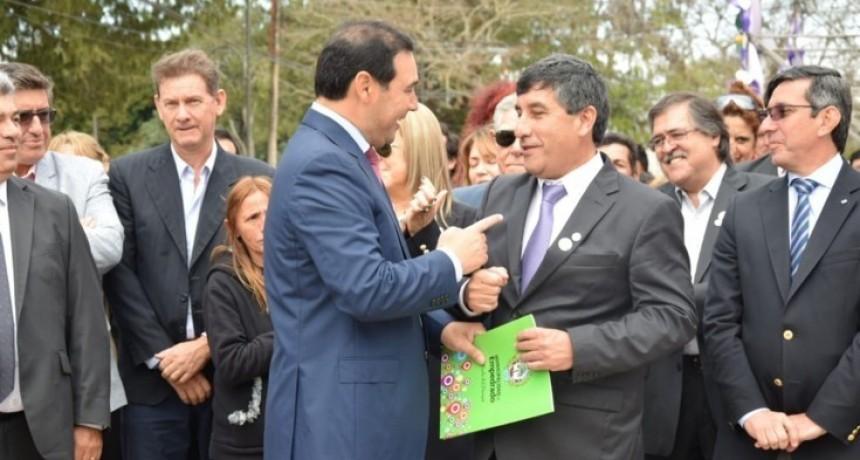 Valdés entregó la documentación de compra del terreno para la red cloacal
